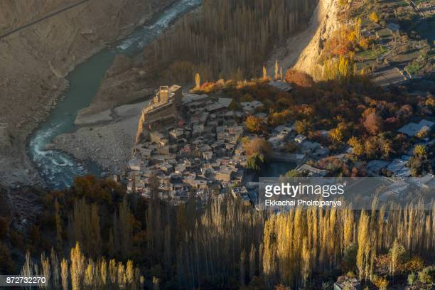 view over baltit fort in autumn, karakoram highway, pakistan - hunza valley stock pictures, royalty-free photos & images