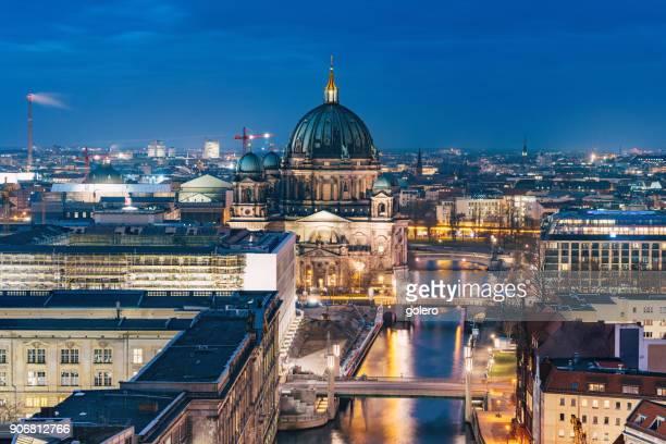 Blick über Berlin Cathedral zur blauen Stunde