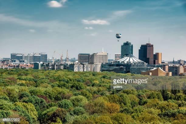 Blick über grüne Tiergarten Park auf die Berliner Skyline mit Potsdamer Platz