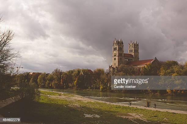 view over isar and st. maximilian church - fiume isar foto e immagini stock