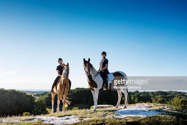 vistas de jydelejet con dos caballos y jinetes en dinamarca de møn. - selandia fotografías e imágenes de stock