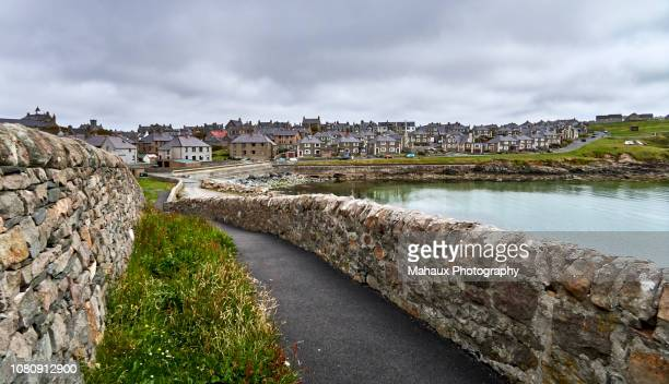 view over lerwick, capital city of the shetlands islands since a coastal path. - isole shetland foto e immagini stock