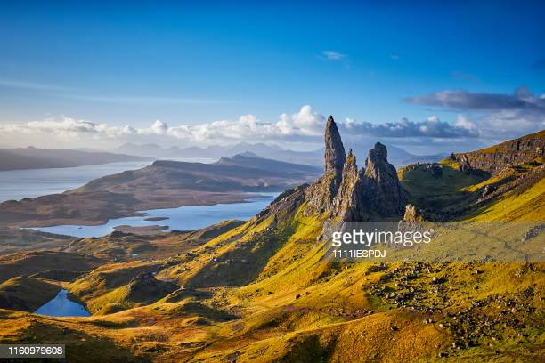 view over old man of storr, isle of skye, schottland - horizontal stock-fotos und bilder