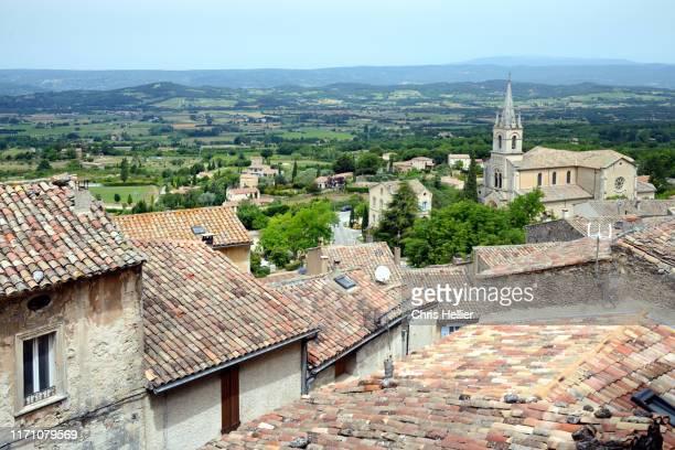 view over rooftops of bonnieux provence - image photos et images de collection