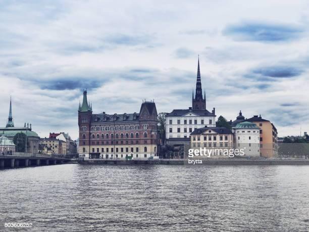 blick über die insel riddarholmen mitten in stockholm, schweden - riddarholmkirche stock-fotos und bilder