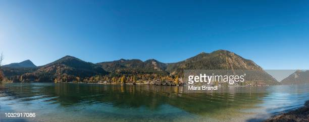 View over the lake with Jochberg and Herzogstand and place Walchensee in autumn, Walchensee, Upper Bavaria, Bavaria, Germany