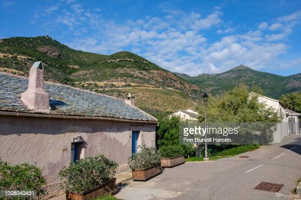 view over the mountains from one of the streets in ogliastro - finn bjurvoll stockfoto's en -beelden