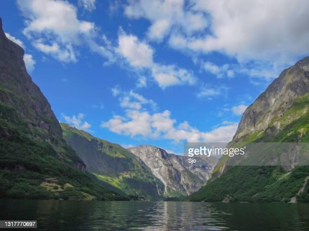 """uitzicht over de nærøyfjord in noorwegen tijdens een mooie zomerdag - """"sjoerd van der wal"""" or """"sjo""""nature stockfoto's en -beelden"""
