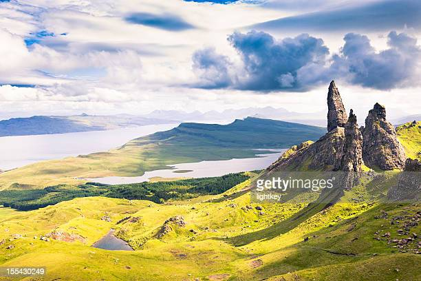 view over the old man of storr - schotland stockfoto's en -beelden