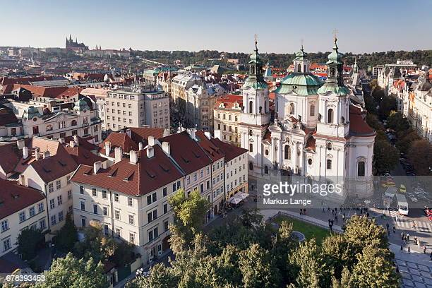 view over the old town square (staromestske namesti) to st. nicholas church and castle district with royal palace and st. vitus cathedral, prague, bohemia, czech republic, europe - royal cathedral stock pictures, royalty-free photos & images