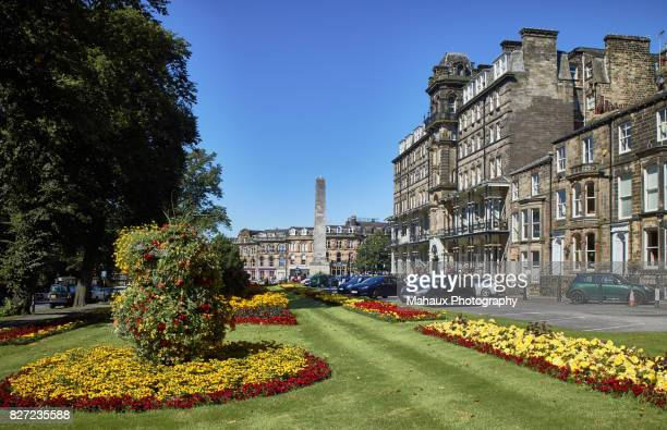 view over the park around the war memorial in the city of harrogate - ハロゲート ストックフォトと画像