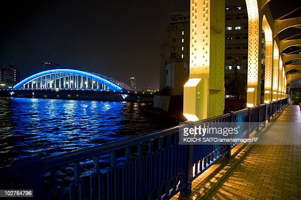 view over the river to the eitai bridge from the toyomi bridge at night. koto-ku, tokyo prefecture, japan - 永代橋 ストックフォトと画像