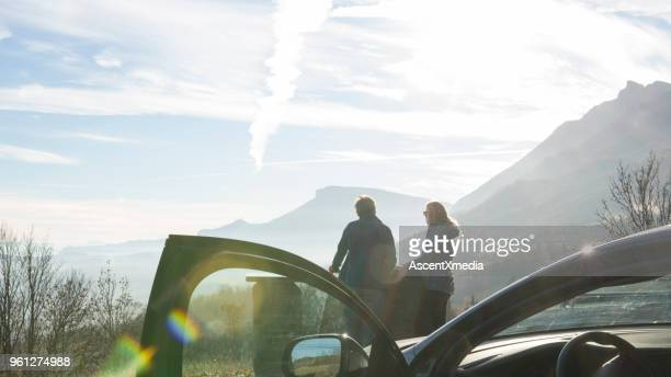 Affichez les antérieures portière à couple regardant montagnes lointaines