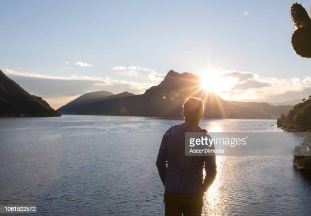 frühere mann auf see, sonne und berge anzeigen - der weg nach vorne stock-fotos und bilder