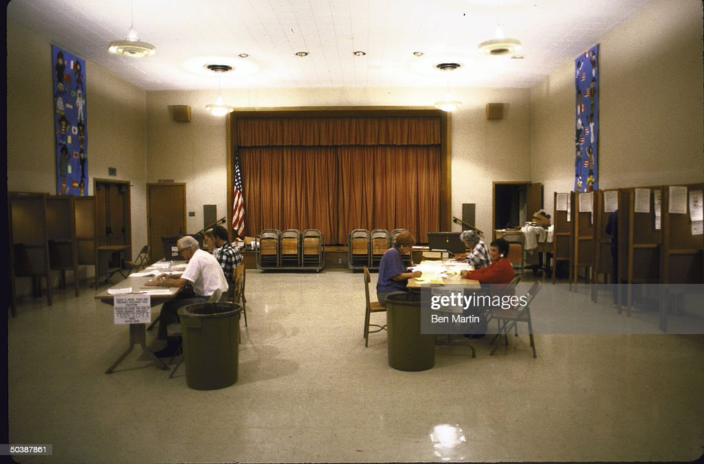 A view showing empty voting booths durin : ニュース写真