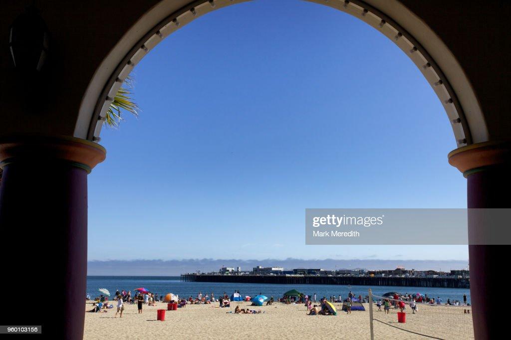 View through archway of Santa Cruz beach and pier, California : Stock-Foto