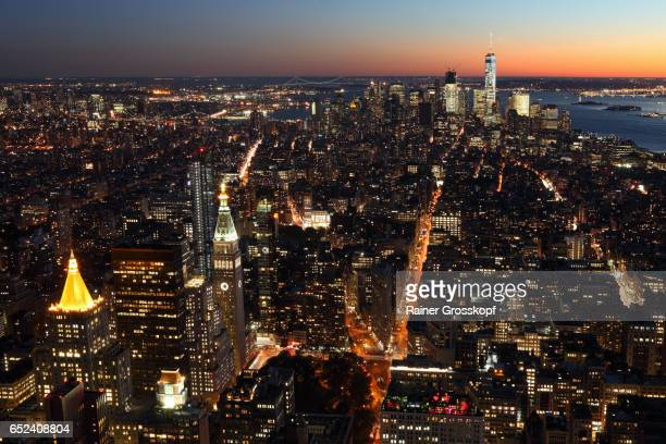 view to downtown manhattan at dusk - rainer grosskopf stock pictures, royalty-free photos & images
