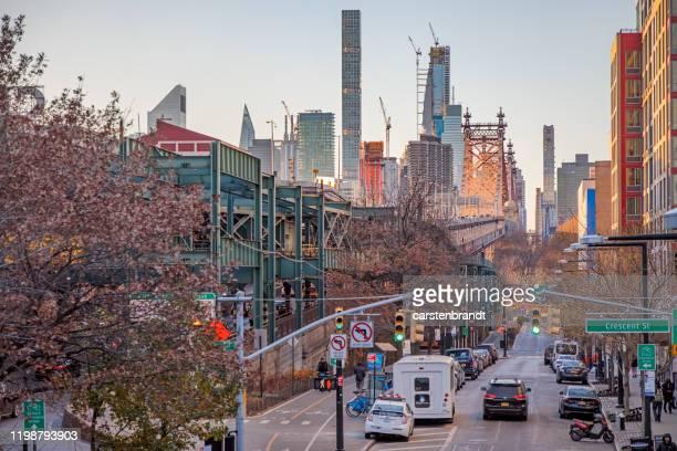 街の古い部分から高層ビルへの眺め - ニューヨーク市クイーンズ区 ストックフォトと画像