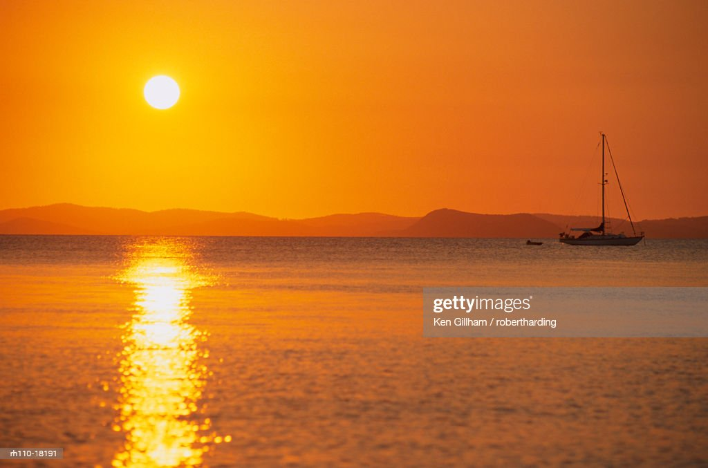 View to mainland from Monkey Beach at sunset, Great Keppel Island, Queensland, Australia : Foto de stock