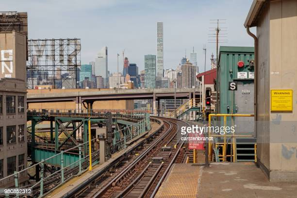 view to manhattan from the plaform at queensboro station - long island city stock photos and pictures
