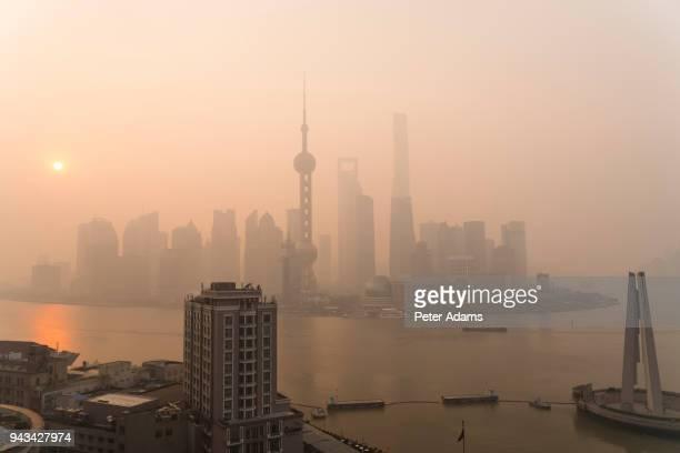 view to pudong financial skyline across huangpu river, shanghai, china - rio huangpu - fotografias e filmes do acervo