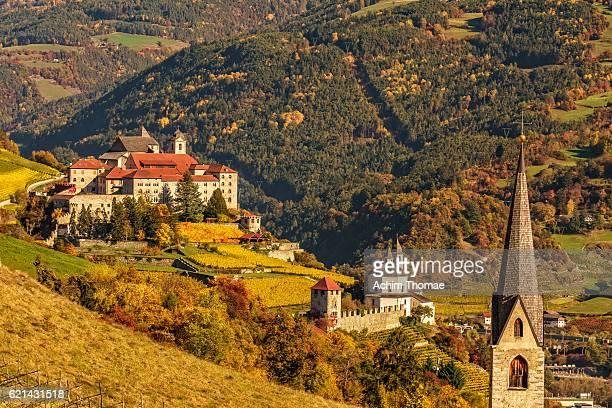 view to säben abbey in autumn, south tyrol, italy - abadia mosteiro - fotografias e filmes do acervo