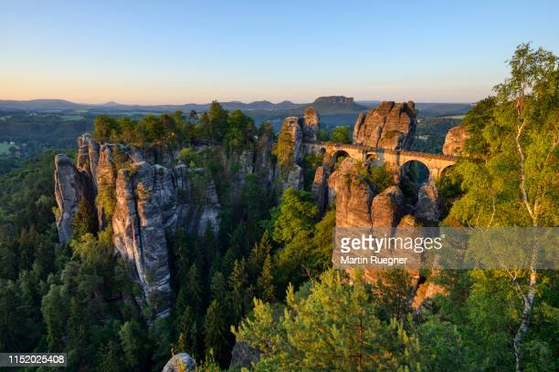 view to the bastei rock formation at sunrise. bastei area, saxon switzerland national park, elbe river, elbe valley, elbe sandstone mountains, pirna, saxony, germany, europe. - エルプサンドシュタイン山地 ストックフォトと画像