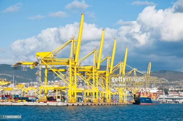 vista sul porto merci di trieste (italia). - porto marittimo foto e immagini stock