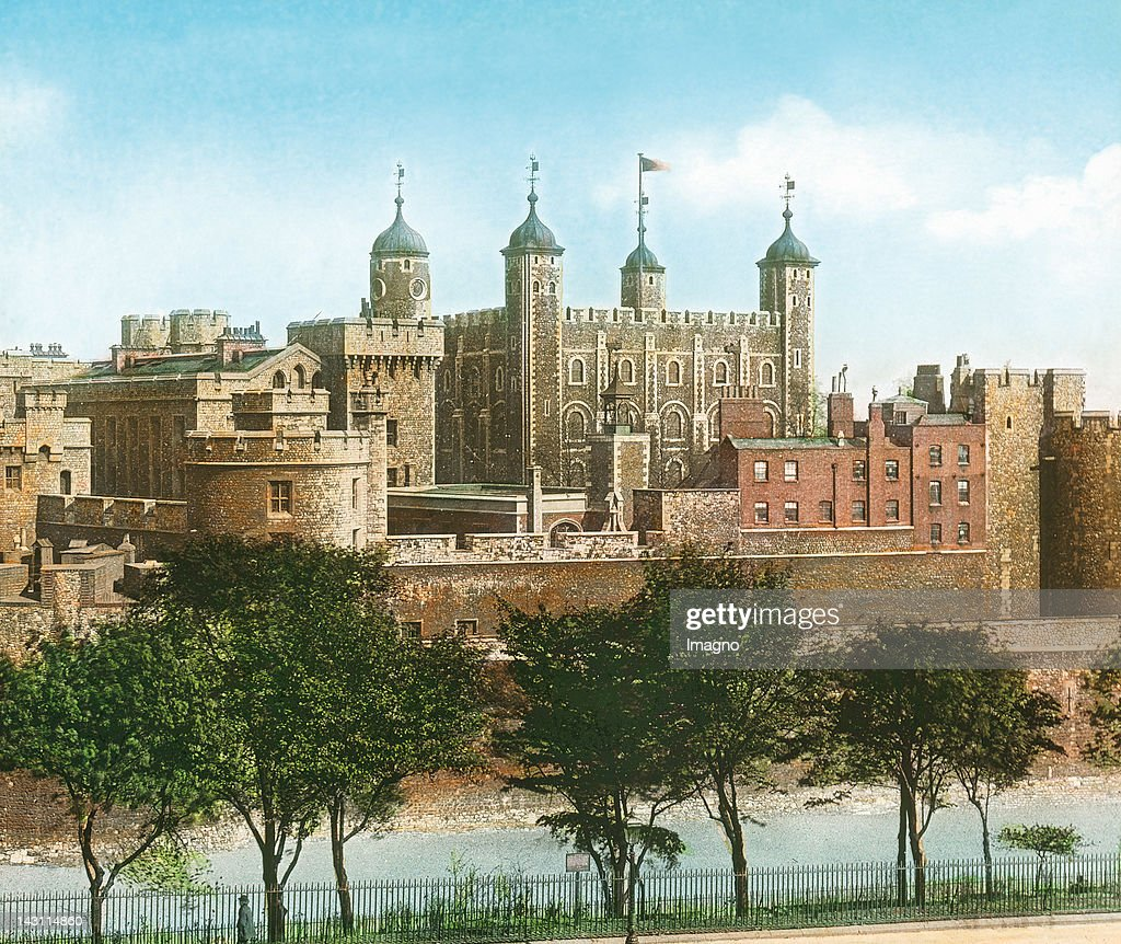 View to the Tower of London from the Tower Hill. England. United Kingdom. Hand-colored lantern slide around 1900. : Nieuwsfoto's