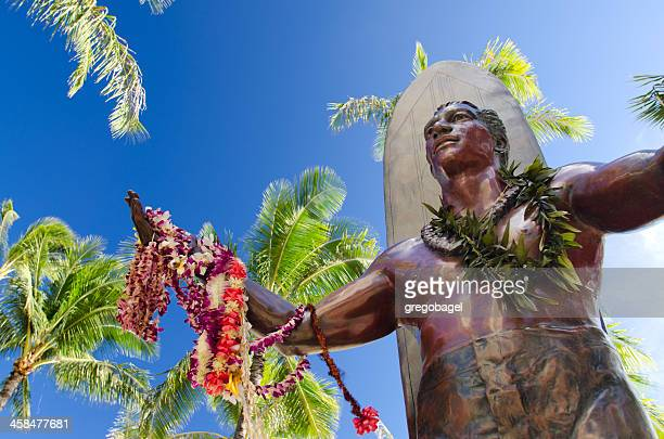 view upwards of duke kahanamoku statue along waikiki beach - hawaiian lei stock pictures, royalty-free photos & images