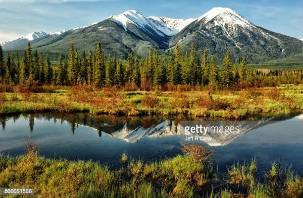 views of banff national park in canada 3 - canadian rockies stockfoto's en -beelden