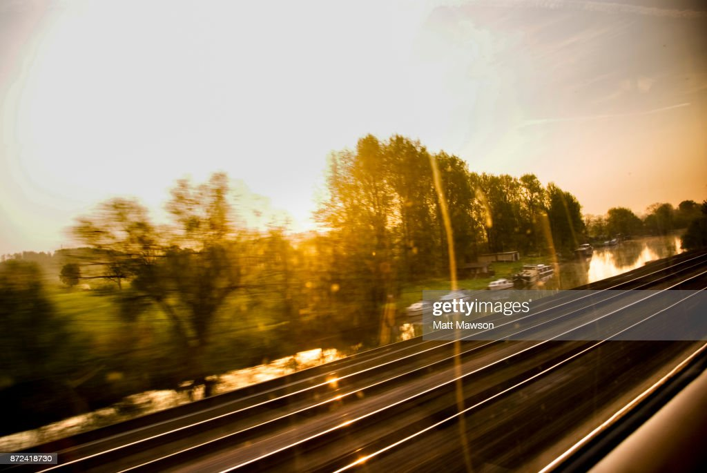 Views of the English countryside at dawn through a train window. UK : Stock-Foto