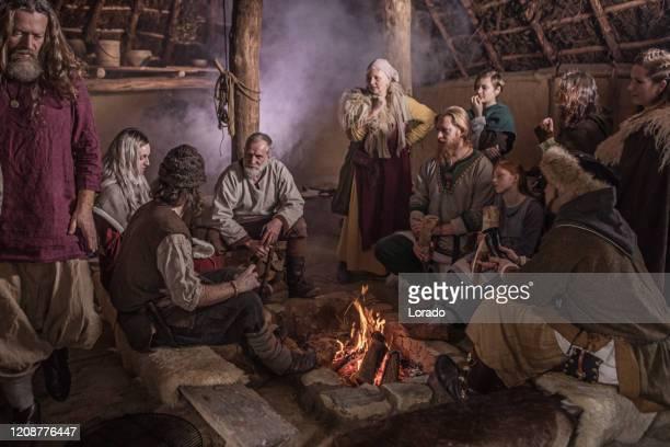 バイキング村の集落でバイキングの家族 - バイキング ストックフォトと画像
