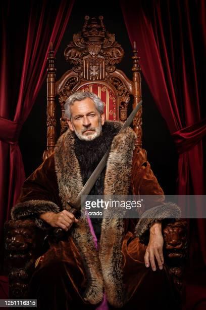 スタジオ撮影で王位にバイキングキング - 王座 ストックフォトと画像
