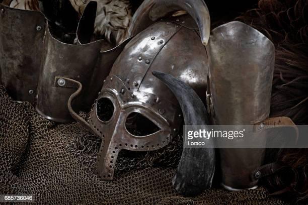 wikingerschwert, helm und ausrüstung - wikinger stock-fotos und bilder