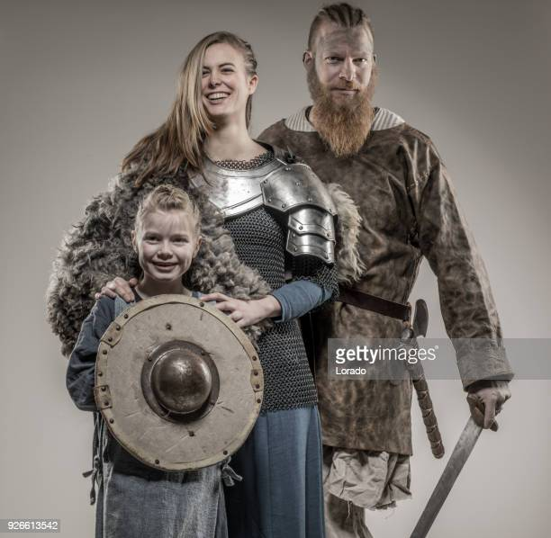 famille de guerrier viking dans shoot studio - viking photos et images de collection