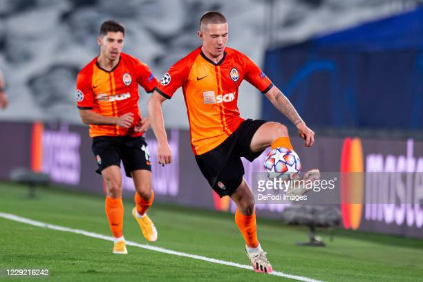 Viktor Korniienko of FC Shakhtar Donetsk controls the ball during the UEFA Champions League Group B stage match between Real Madrid and Shakhtar...