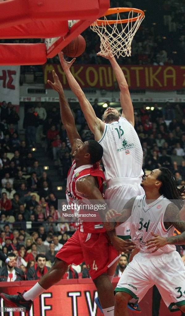 Viktor Sanikidze, #13 of Montepaschi Siena competes with Kyle Hines,#4 of Olympiacos Piraeus during the 2012-2013 Turkish Airlines Euroleague Top 16 Date 4 between Olympiacos Piraeus v Montepaschi Siena at Peace and Friendship Stadium on January 18, 2013 in Athens, Greece.