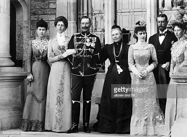 Viktoria von Preussen *21111840Gattin Friedrich III Mutter von Wilhelm II mit ihren Kindern in Schloss Friedrichshof vlnr Kronprinzessin v...