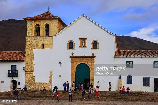 villa de leyva, colombia-iglesia en la plaza principal. - villa de leyva fotografías e imágenes de stock