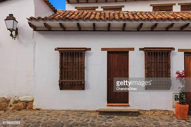 villa de leyva, colombia-arquitectura colonial: puertas y ventanas - villa de leyva fotografías e imágenes de stock