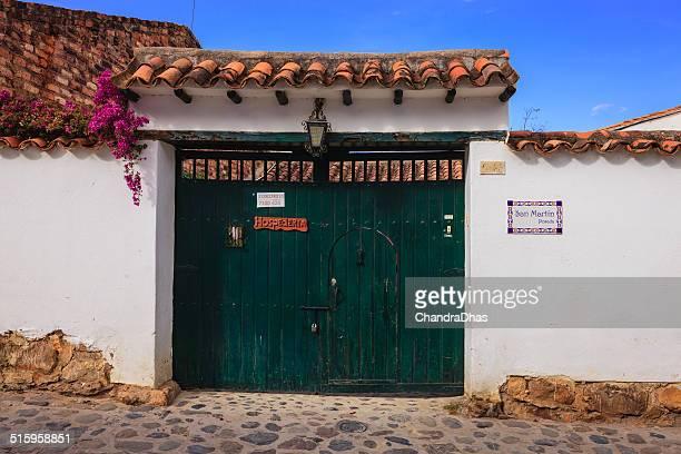 villa de leyva, colombia-arquitectura colonial: entrada al hotel - villa de leyva fotografías e imágenes de stock
