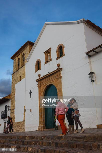 villa de leyva, colombia: historic 16th century church on plaza - cafe de colombia stock pictures, royalty-free photos & images