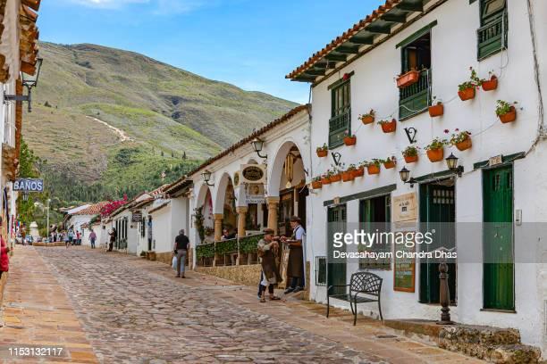 villa de leyva, colombia-mirando hacia arriba calle 13 en la histórica ciudad colonial del siglo 16 en américa latina - villa de leyva fotografías e imágenes de stock
