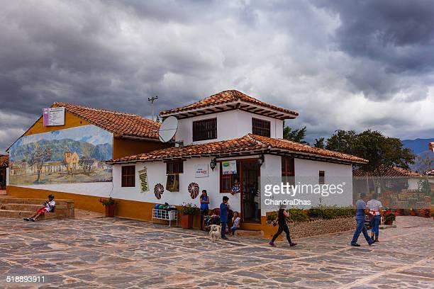 villa de leyva, colombia-restaurante moniquirá contra el cielo dramático - villa de leyva fotografías e imágenes de stock