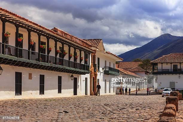 villa de leyva, colombia-norte de la esquina de la plaza - villa de leyva fotografías e imágenes de stock