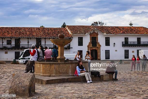villa de leyva, colombia: personas de fuente en la plaza principal - villa de leyva fotografías e imágenes de stock