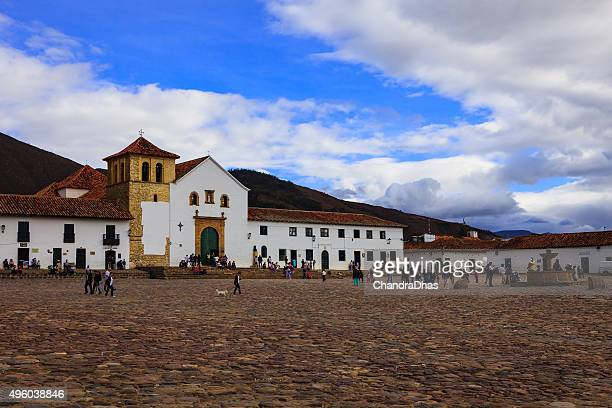villa de leyva, colombia: the plaza mayor or main square in the historic 16th century andean town at dusk. copy space - cafe de colombia stock pictures, royalty-free photos & images