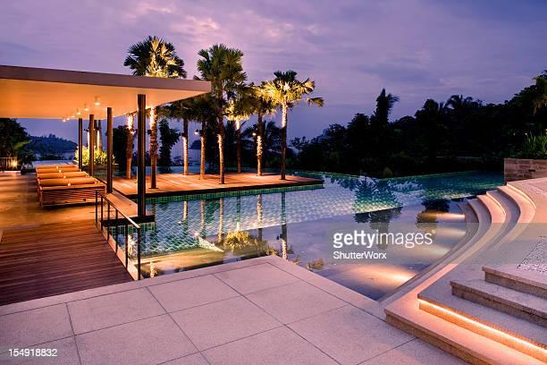 Villa avec piscine au coucher du soleil