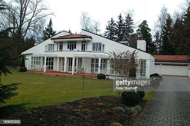 Villa von Uschi Glas und Ehemann Bernd Tewaag, Grünwald bei München, Mann, Anwesen, Haus, Garten, ,